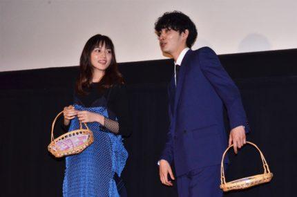 川口春奈(左)と上杉柊平