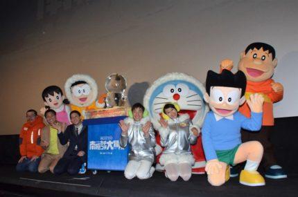 (前列左から)高橋敦史監督、サバンナ、織田信成、浅田舞