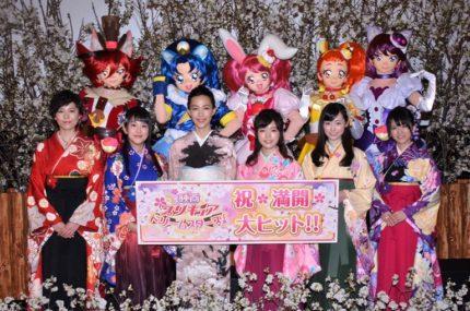 (前列左から)森なな子、村中知、木村佳乃、美山加恋、福原遥、藤田咲、(後列左から)キュアショコラ、キュアジェラート、キュアホイップ、キュアカスタード、キュアマカロン