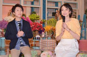 新番組で司会を務める、(左から)高市佳明アナウンサー、賀来千香子