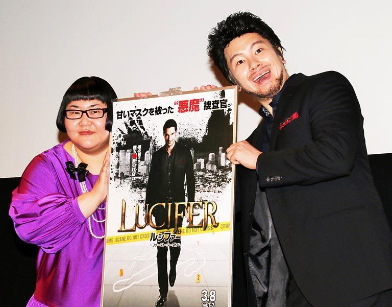 黒髪にひげ、黒いスーツの風貌で登場したカズレーザー(右)と安藤なつ