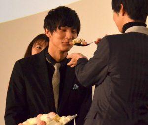 特注ケーキを堪能する中川大志