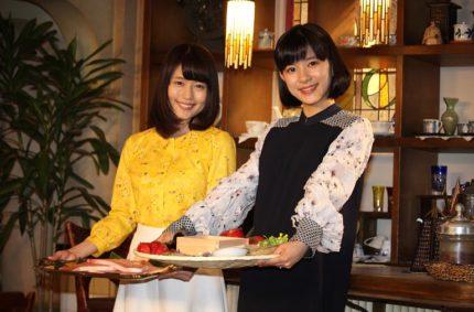 物語の舞台にちなんだ品々を贈り合った有村架純(左)と芳根京子