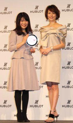 優勝の平井幸奈さん(左)と米倉涼子