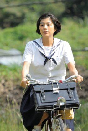 助川時子役の佐久間由衣