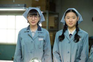 青天目澄子役の松本穂香(左)と兼平豊子役の藤野涼子
