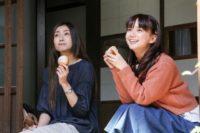 鳩子を演じる多部未華子(右)
