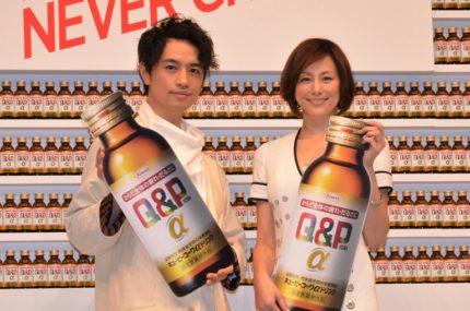 発表会に出席した斎藤工(左)と米倉涼子