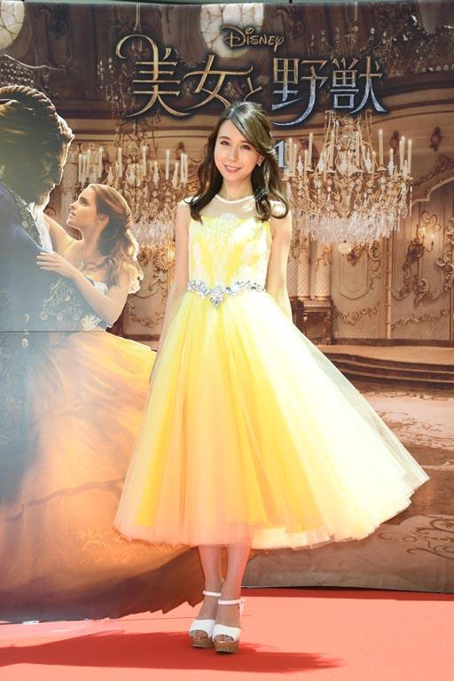 ベルの黄色いドレスをイメージしたエアリーなドレス姿のMay J.