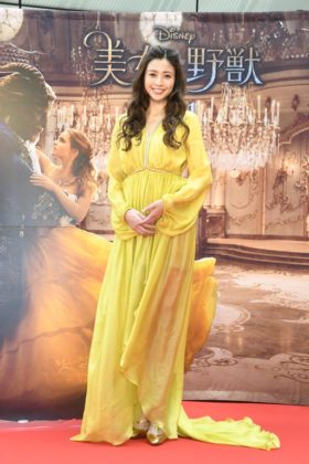 上品な黄色のロングドレスを身にまとい最後に登場した片瀬那奈