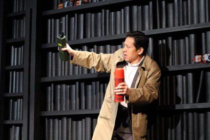 舞台上で刑事役を演じる勝村政信