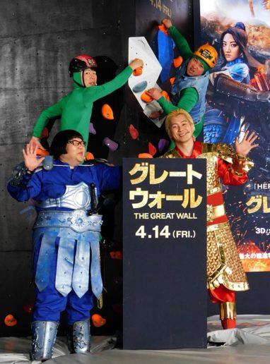 映画の衣装でイベントに臨んだ、(左前から)安藤なつ、カズレーザー(左後から)ダンディ坂野、スギちゃん