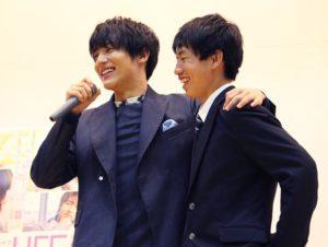 男子生徒と肩を組む中川大志(左)