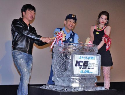 氷割りで映画のヒットを祈願した(左から)小沢一敬、柳沢慎吾、瑛茉ジャスミン