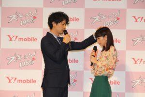 頭ポンポンを実演した斎藤工(左)と桐谷美玲