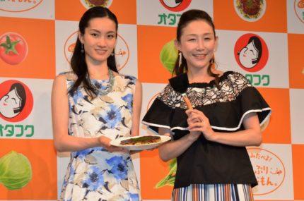 イベントに出席した荒川静香(左)と小原正子