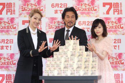 (左から)紅ゆずる、役所広司、島崎遥香