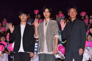 舞台あいさつに出席した、(左から)工藤阿須加、福士蒼汰、成島出監督
