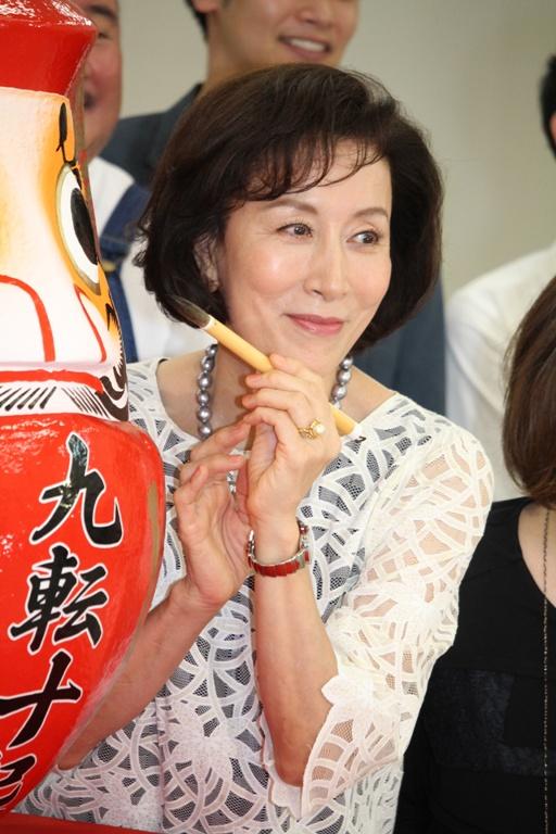 筆を持って大きなだるまの目を塗る高畑淳子