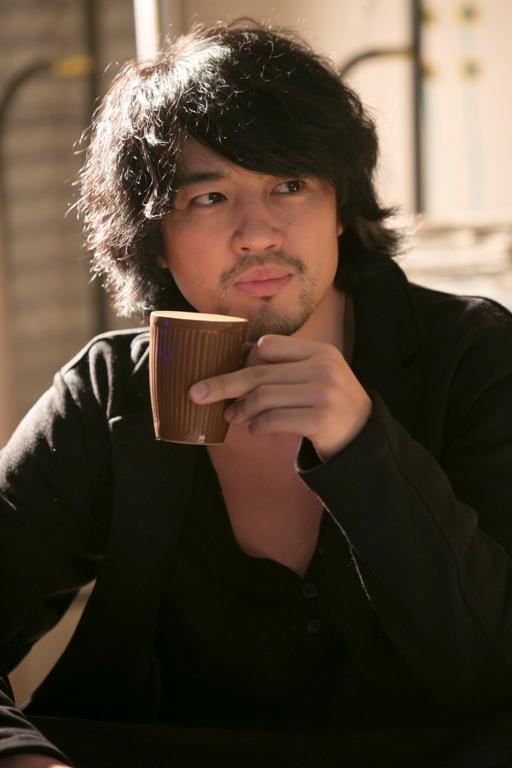 コーヒーを飲んでいる斎藤工